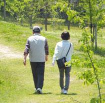 散歩するシニア夫婦