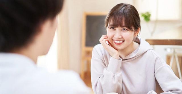 笑顔で男性と会話する女性